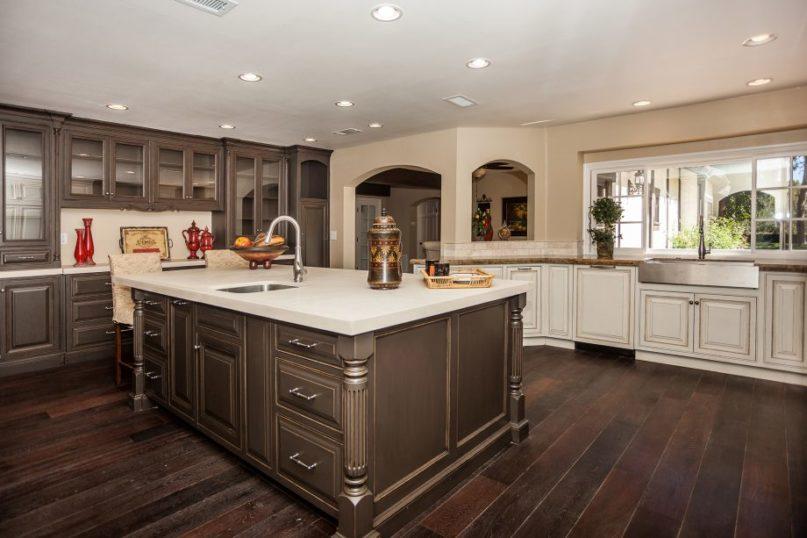 Tủ bếp gỗ sồi Mỹ phủ sơn bền đẹp gia đình